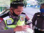 seorang-polisi-saat-mengamankan-seorang-bayi-yang-ditemukan.jpg