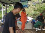 seorang-warga-mengalami-luka-akibat-pohon-tumbang-di-kota-padang-sumatera-barat-sabtu-562021.jpg