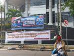 spanduk-bertuliskan-2020sandiagauno-mahyeldi-di-persimpangan-jalan-ki-mangunsarkoro.jpg