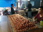surya-sedang-menunggu-pembeli-di-kios-telurnya-rabu-742021.jpg