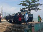 tank-operasi-trikora-di-pantai-padang-makin-gagah-setelah-dicat-ulang.jpg