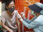 tenaga-kesehatan-melakukan-vaksinasi-covid-19-yang-dilakukan-secara-door-to-door.jpg