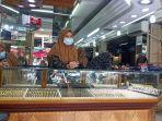 toko-emas-di-pasar-raya-padang-rabu-4112020.jpg