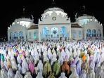 umat-islam-melaksanakan-shalat-tarawih.jpg
