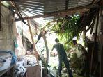 warga-lubuk-begalung-padang-membersihkan-rumah-setelah-ditimpa-pohon-tumbang.jpg