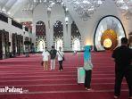 warga-melaksanakan-shalat-dzuhur-pengganti-shalat-jumat-di-masjid-raya-sumbar-karena-wabah-corona.jpg