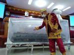 warga-pariaman-syafri-hendri-saat-menjelaskan-karya-oven-serba-guna.jpg