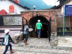 wisatawan-memasuki-lubang-mbah-suro.jpg