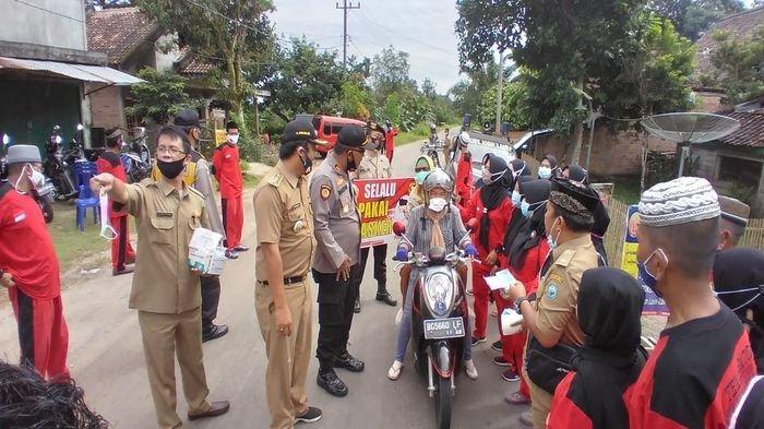 Tekan Penyebaran Covid-19 Polisi Bagikan Masker Dalam Rangka Program 100 Hari Kerja Kapolri