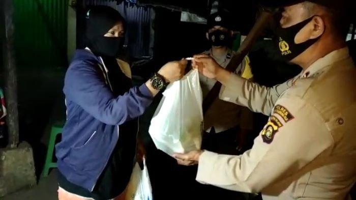 Polri Peduli PKL Terdampak Covid-19, Jajaran Polres OKU Bagikan Sembako