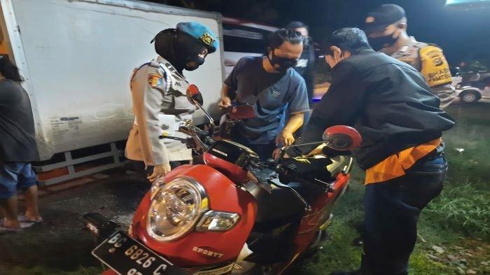 Dalam rangka Cipta Kondisi Kamtibmas dan Kamtibcarsel Lantas, Polsek Gunung Megang menggelar razia di jalan raya depan Mako Polsek Gunung Megang, Sabtu (20/3/2021) sekitar pukul 21.00.