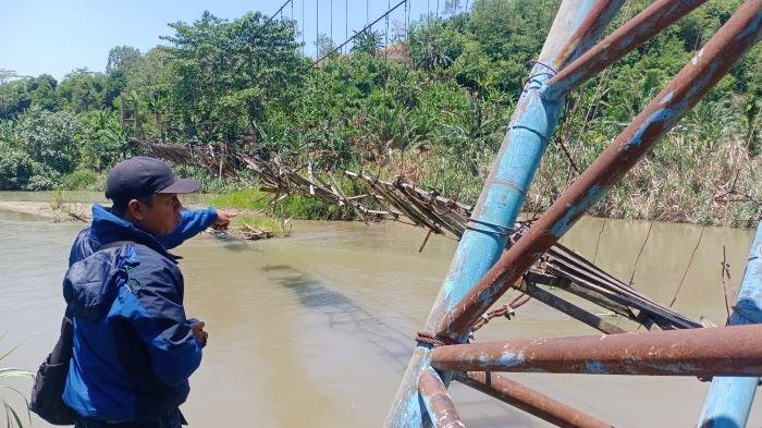 Sudah 4 Tahun Jembatan Gantung Rusak, Warga Dua Desa OKU Selatan Menyabung Nyawa Menyeberangi Sungai