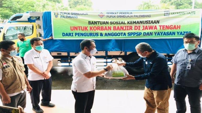 PT Pusri Peduli Korban Banjir di Kabupaten Kudus, Salurkan Bantuan 700 Paket Sembako