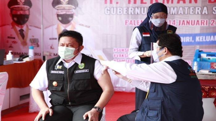 Gubernur Sumatera Selatan H. Herman Deru saat disuntik vaksin Covid-19 Sinovac di puskesmas Gandus, Kamis (14/1/2020).