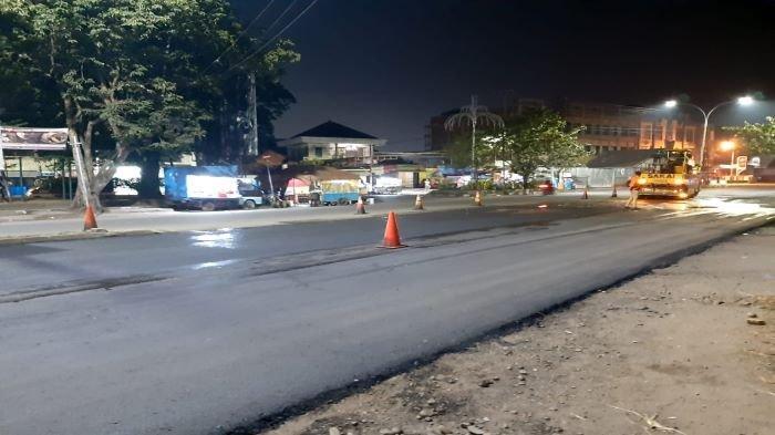 Para pekerja tengah melakukan pengaspalan karet di Jalan Ahmad Yani Palembang, Senin (7/6/2021) malam.