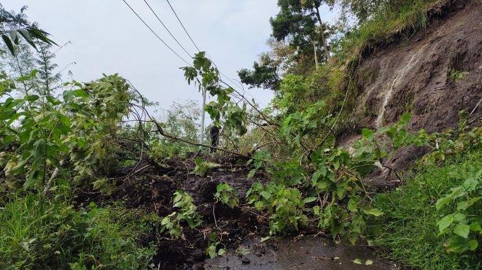 Jalan Raya Banding Agung Tertimbun Longsor, Akses Menuju Tiga Destinasi Wisata Danau Ranau Tertutup