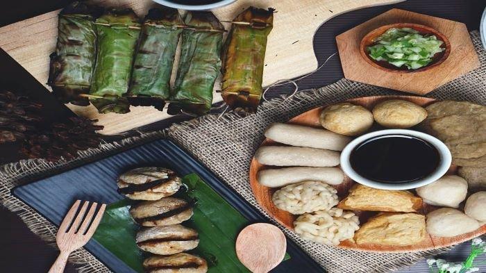 Pempek dan otak-otak yang disajikan di resto Pempek Sulthan Pindang Agan. (Ist)