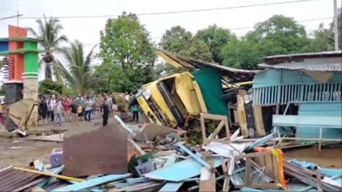 Dua Truk Tabrakan di Jalinsum Muratara, Tidak Terkendali Seruduk Warung Bakso Hingga Roboh