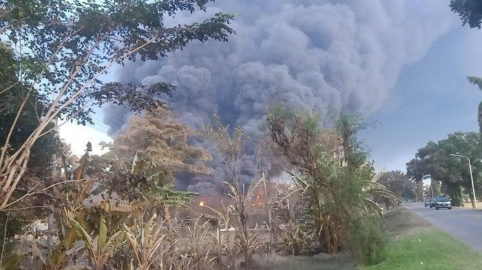 Warga Desa Protes Bau Gas dan Minyak Menyengat Sebelum Kilang Balongan Meledak