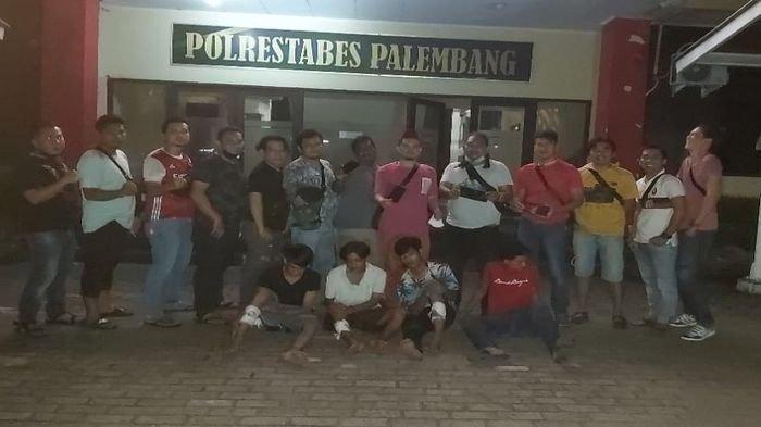 Unit ranmor Polrestabes Palembang pimpinan Kanit Ranmor Iptu Irsan Ismail dan Kasubnit Opsnal Ranmor IPDA Jhony Palapa, saat mengamanakn 3 dari 20 pelaku begal di BKB Palembang, Senin (19/4/2021) malam.