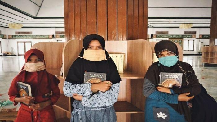 PTBA Berikan Beasiswa Tiga Anak SD Terancam Putus Sekolah di Lawang Kidul Muara Enim Sumsel