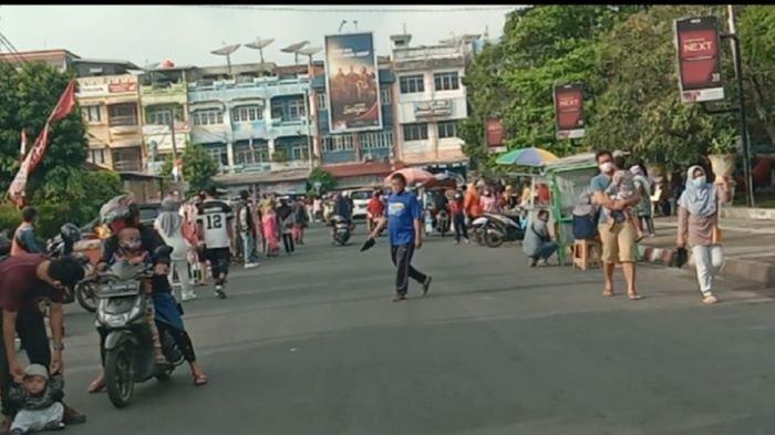 Tidak Peduli Status Zona Merah, Warga Beramai-Ramai Padati Taman Kota Baturaja