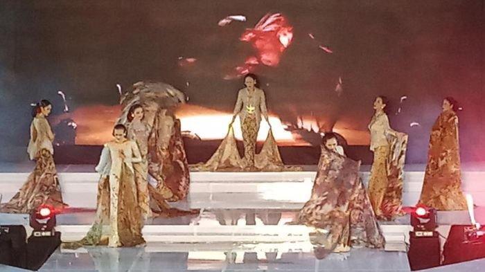 Enam Putri Indonesia Peragakan Busana Anne Avantie di Acara Palembang Fashion Week 2020
