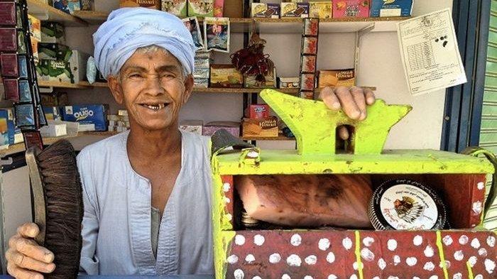 Dooh2 Abu Daooh melakukan pekerjaan sebagi tukang semir sepatu.