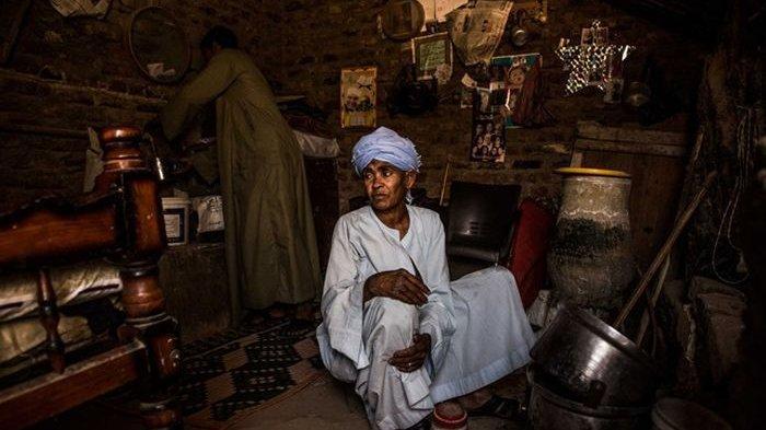 Abu Daooh melakukan pekerjaan kasar lainnya, seperti menjadi pembuat sepatu.