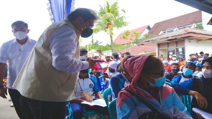 Menteri Koordinator Bidang Perekonomian Dr Ir H Airlangga Hartarto MMT MBA berdialog dengan masyarakat di KM Sirimau sebagai lokasi Isoter Terapung di Pelabuhan Sorong, Jumat (3/9/2021) .