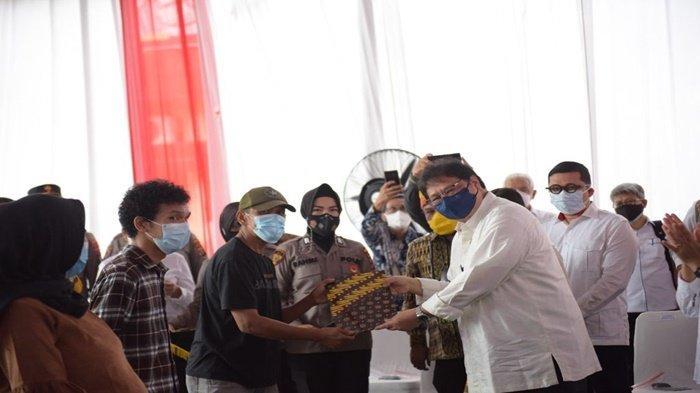 Menko Airlangga Serahkan Bantuan Tunai PKL dan Warung Pelaku Usaha di Medan