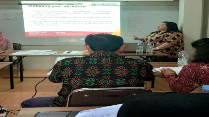 Pentingnya Kemampuan Presentasi Akademik Berbahasa Inggris Bagi Guru SD di Era Revolusi Industri 4.0