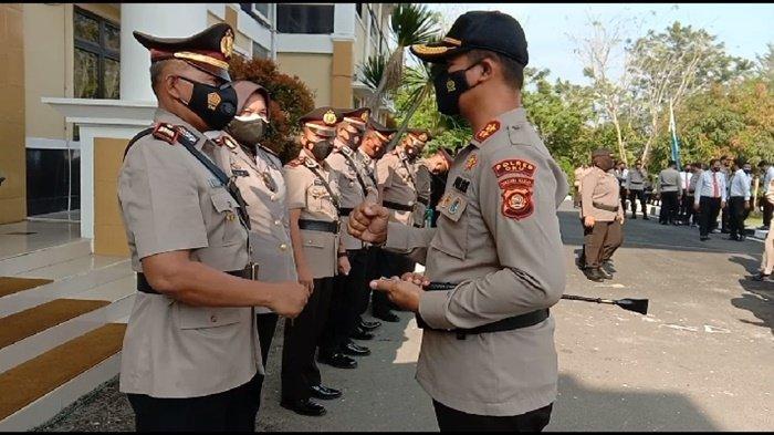 Kapolres OKU AKBP Danu Agus Purnomo SIk usai melakukan sertijab lima PJU di Polres OKU, bersalam komando dengan mengepalkan tangan seraya mengucapkan selamat bertugas kepada PJU yang baru dan yang lama,Selasa (24/8/2021).
