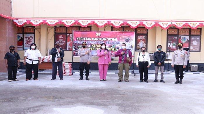 Kasubbid Penmas Bid Humas Polda Sumsel AKBP Iralinsah SH berfoto bersama perwakilan wartawan yang bertugas di Polda Sumsel