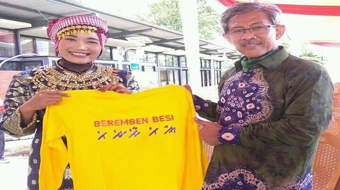 Berita Foto : Ketua Sanggar Berembenbesi Sambangi  Pekan Adat Sumsel dan Beli Baju Kaos Aksara Ulu