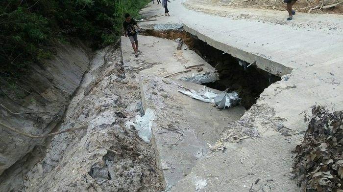 Jalan Penghubung Kecamatan di OKU Selatan Amblas, Warga Pertanyakan Kualitas Pembangunan