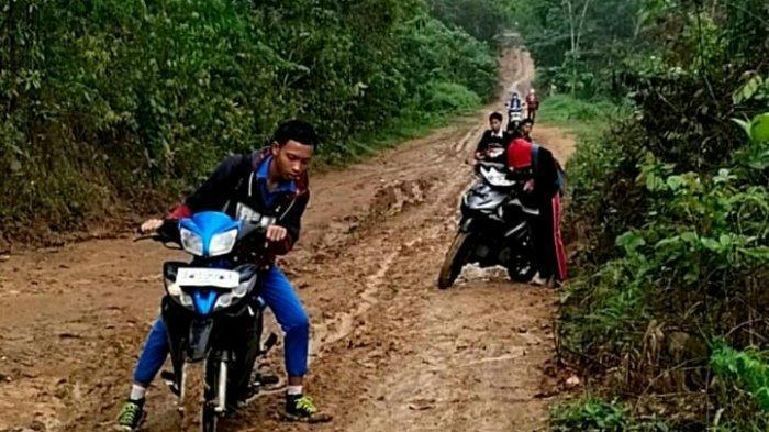 Tanah Merah Diguyur Hujan, Pelajar SMKN 1 PALI Butuh Satu Jam Tiba di Sekolah, Kadis PU: Sabar