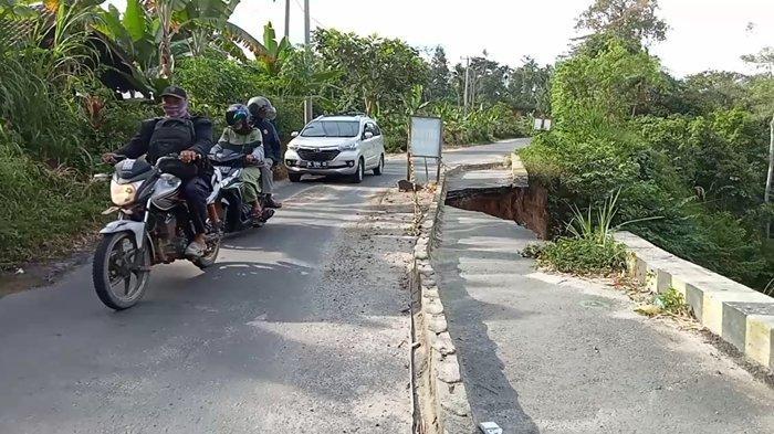 Jelang Porprov, Akses Muaradua-Danau Ranau di Simpang Sender Lebarnya Hanya Sebesar Satu Kendaraan
