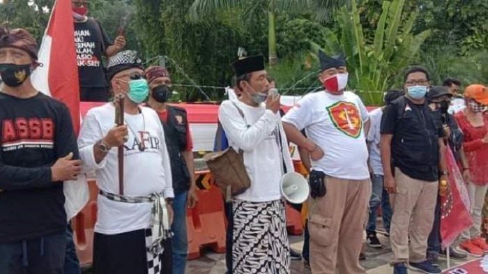 Massa Tolak Rizieq di Surabaya Pasang Spanduk Lalu Dicopot FPI, di Karawang Demo Dibubarkan