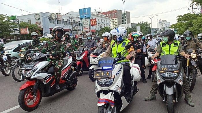 Gaya Herman Deru Cek Kesiapan Misa Natal 2020 di Palembang, Pakai Jeans & Ditemani Dua Jenderal