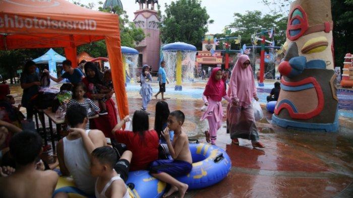 Libur Panjang Lebaran , Wahana Air Amanzi Water Park Dipadati Pengunjung