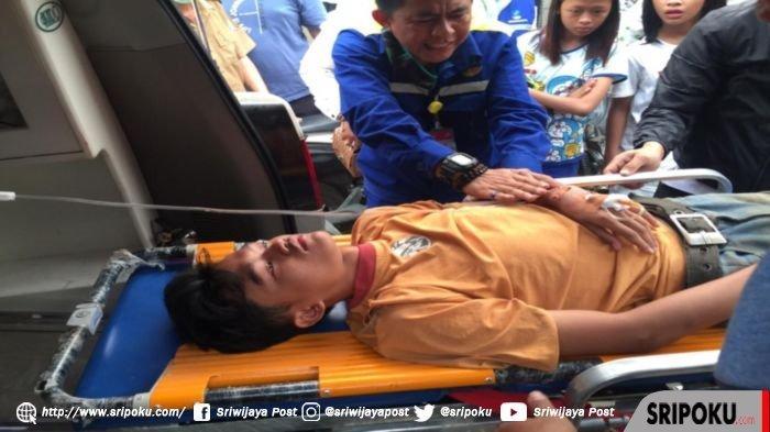 Bantu Padamkan Api Kebakaran di Tangga Buntung Palembang, Seorang Warga Dilarikan ke Rumah Sakit
