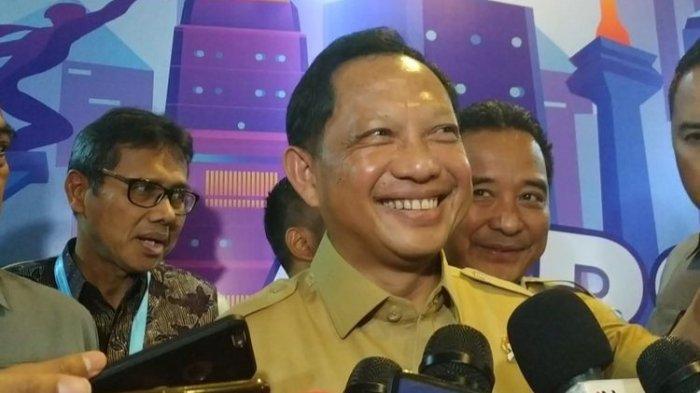 Mendagri Tito Karnavian memberikan keterangan kepada wartawan usai materi dalam Kongres Asosiasi Pemerintah Provinsi Seluruh Indonesia (APPSI) ke VI di Hotel Borobudur, Lapangan Banteng, Jakarta Pusat, Selasa (26/11/2019).