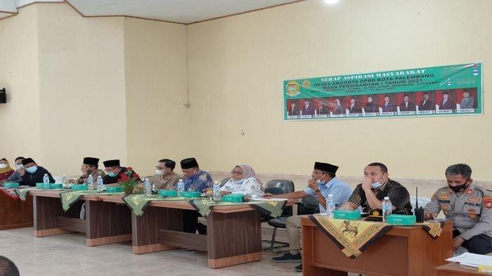 Anggota DPRD Dapil II Kota Palembang mendengarkan aspirasi dari masyarakat di Kantor Kecamatan Sukarami Palembang, Kamis (8/4/2021).
