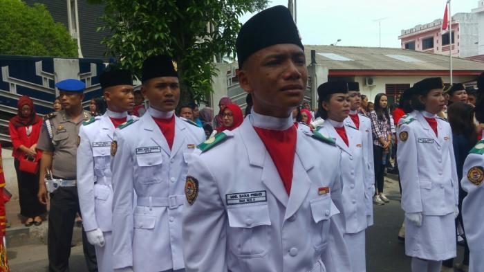 Ekspresi Kesedihan Mendalam Paskibra yang Sempat Gagal Naikkan Bendera, Lihat Foto-fotonya - anggota-paskibra-kota-pematangsiantar_20160817_204404.jpg