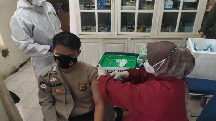Tampak salah seorang anggota Polres Muara Enim disuntik Vaksinasi Covid-19 di Mapolres Muara Enim.
