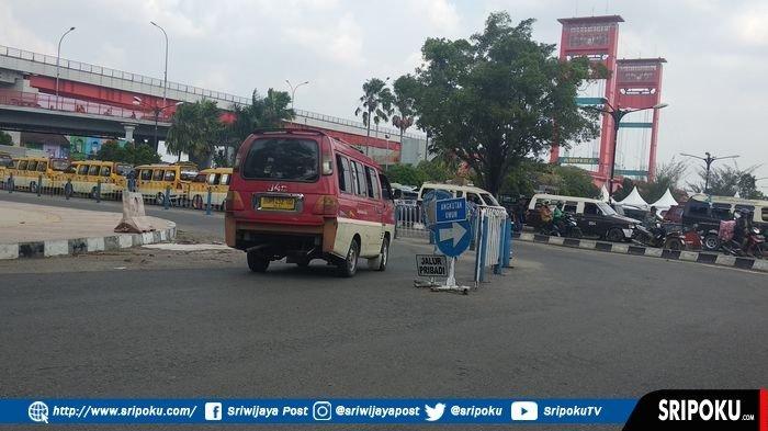Pengendara Kendaraan Pribadi Keluhkan Angkot Ngetem di Jalur Pribadi Bawah Jembatan Ampera Palembang