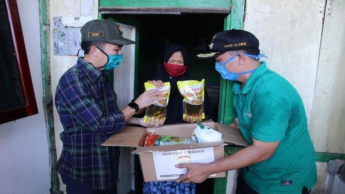 Dewa Antar Sendiri Sembako ke Rumah Warga di Palembang,Bongkar Kardus Pastikan Isinya tak Dikurangi