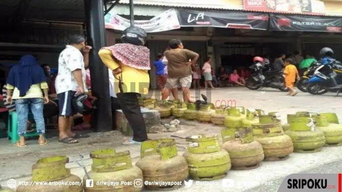 Antrean warga yang hendak menukar tabung gas elpiji 3 kg di salah satu pangkalan di Palembang, Jumat (4/1/2019).