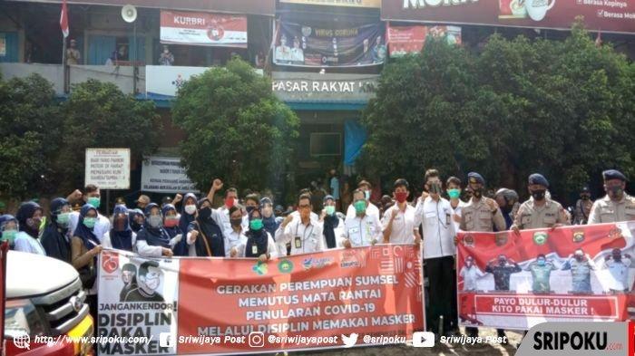 Polisi, Satpol PP, Babinsa, BNBP, dan Dinas Kesehatan Bagikan Masker Gratis di Pasar Km 5 Palembang